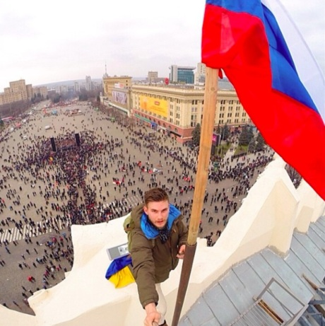 Russian flag replacing the Ukrainian one (via Imgur)